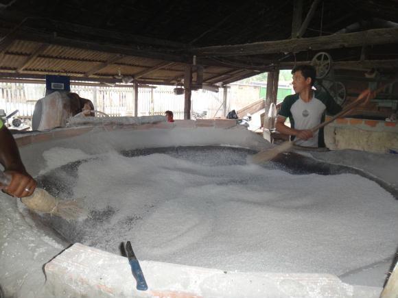 Figura 2. Etapa de torragem da farinha de tapioca fabricada no Distrito de Americano, Estado do Pará, 2013.