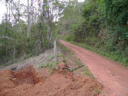 Caixa de captação de enxurradas ao longo de estrada