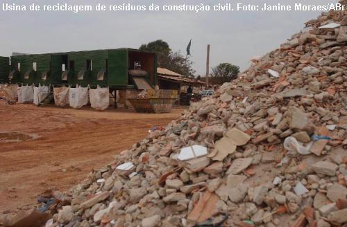 Resíduos de construção civil, em usina de reciclagem
