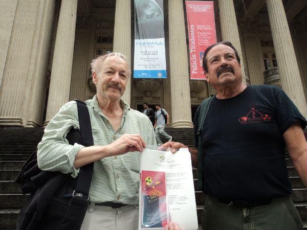 A foto mostra Damacio A. Lopez e David Rothauser, Diretor do filme Hibakusha, em frente à ALERJ (Assembleia Legislativa do Estado do Rio de Janeiro), onde informavam os deputados sobre seus objetivos, durante o Festival, Maio 2011. Foto crédito: Haroldo Mota