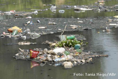 água poluida