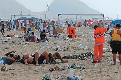 Ao final de um domingo o lixo em praia do Rio de Janeiro.