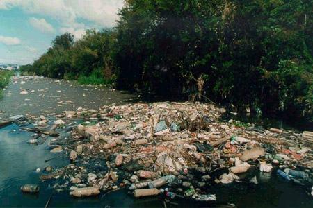 Rios e canais são destino de quase metade do lixo da Baixada Fluminense