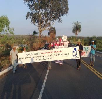 02/10/2009: Marcha, na BR O40, em Três Marias, próximo ao rio São Francisco e à Votorantim Metais.