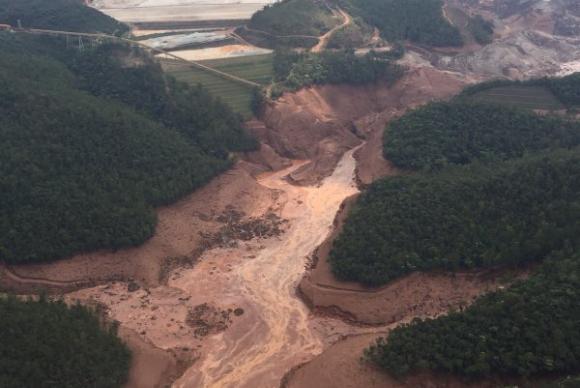 Rompimento da barragem da Samarco, em Mariana, MG. Foto: Agência Brasil / IHU