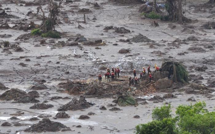 Bombeiros procuram por vítimas em meio ao mar de lama que engoliu o distrito de Bento Rodrigues, em Mariana (MG) | Antônio Cruz – Agência Brasil / ISA