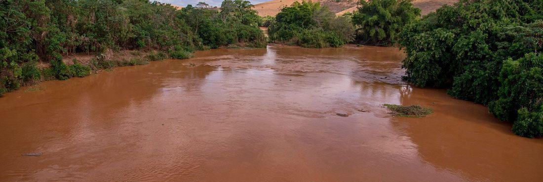 lama no rio Doce