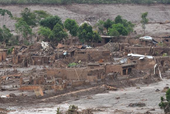 Rompimento da Barragem de Fundão, da mineradora Samarco, devastou o distrito de Bento Rodrigues, em 5 de novembro. Foto: Antonio Cruz/ Agência Brasil