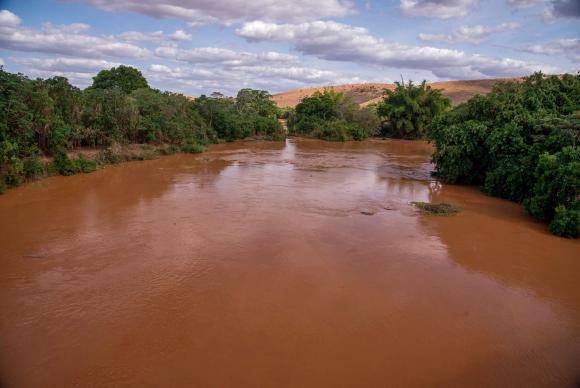 Rio Doce, poluído com a lama do rompimento da barragem da Samarco, em Mariana, MG. Foto: Leonardo Merçon/Instituto Últimos Refúgios/Divulgação