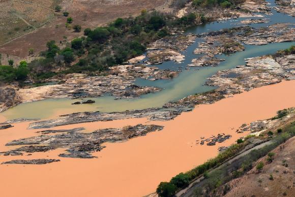 Imagem aérea mostra a lama no Rio Doce, na cidade Resplendor (MG), afetado pelo rompimento da Barragem do Fundão em Mariana. Foto: Fred Loureiro/Secom-ES