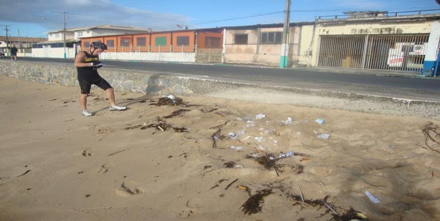 Perímetro: Orla do Rio Buranhém: entre o ponto de ônibus localizado atrás do Banco do Brasil e a Praça das Pitangueiras. Presença de garrafas e copos plásticos, canudinhos plásticos e outros tipos de resíduos.