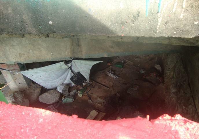 Resíduos sólidos deixados por pessoas em situação de rua, embaixo de uma das pontes no perímetro da Orla Norte.