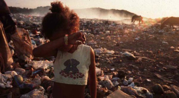 menina negra no lixão sofre racismo