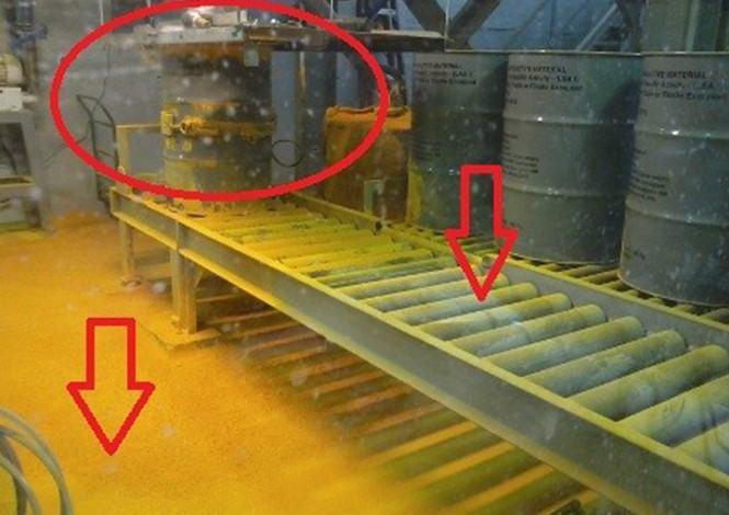 O vazamento ocorreu no tambor circulado. As setas indicam que o DUA (concentrado de urânio), por sua densidade, assentou no piso e nos roletes.
