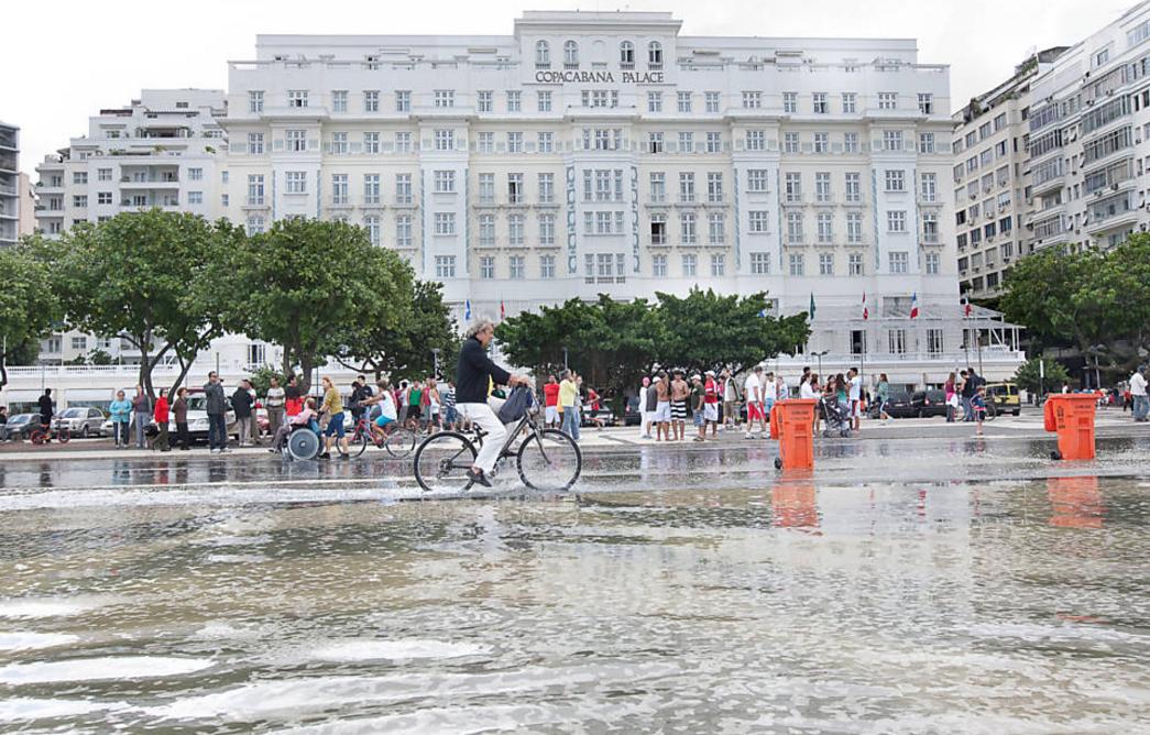 foto de enchente em frente ao Copacabana Palace