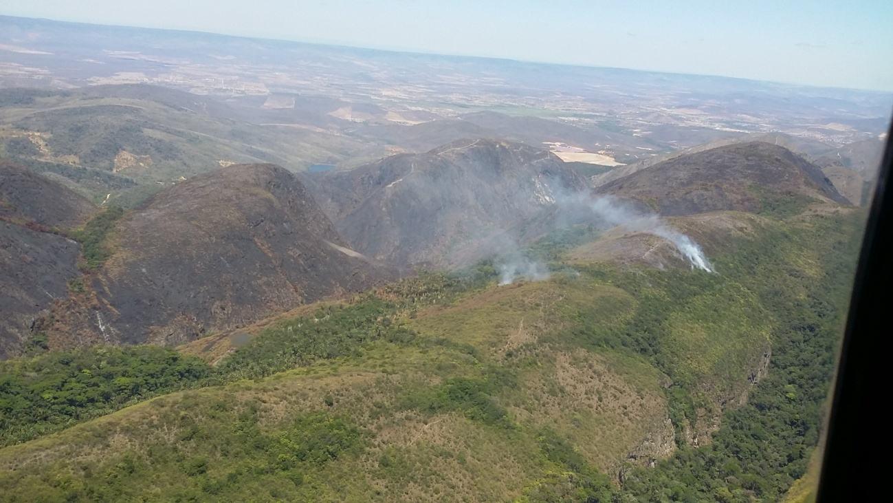 Vista panorâmica da Serra de Jacobina indicando áreas queimadas e focos de incêndios em áreas de nascente. – 2015