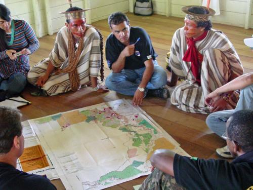 Figura 1: O povo Ashaninka em uma das atividades de etnomapeamento. Foto de Ricardo Maia.