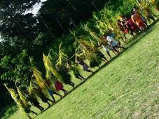 O Katxanawa, homens vestidos de palhas verdes.