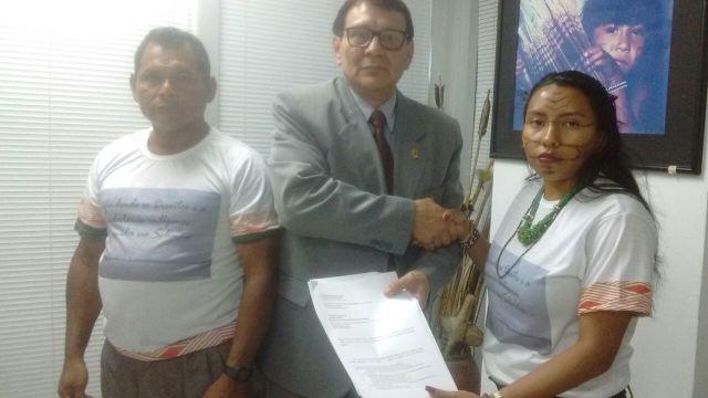 Wanem Kanamari e Cinézio Maku Nedëb entregam documento de denúncias ao presidente interino da FUNAI. Foto: Acervo CIMI Tefé.