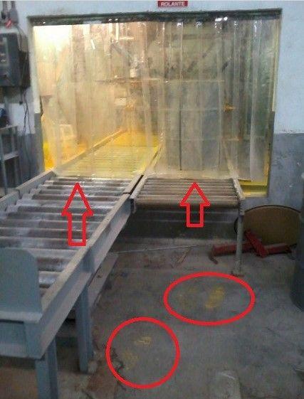 Área de entamboramento, minutos após o acidente com vazamentos de DUA. No piso, o detalhe do solado das botas do operário que deixou o local. (Foto/legenda do IBAMA, 2011)