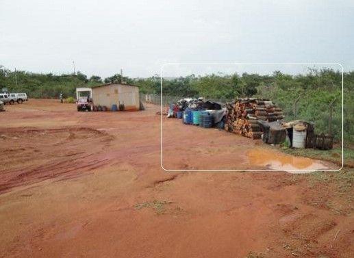 Detalhe da quantidade de tambores contendo resíduos, muitos Classe I (maior toxidade), dispostos de forma irregular (Foto/legenda do IBAMA, 2012)
