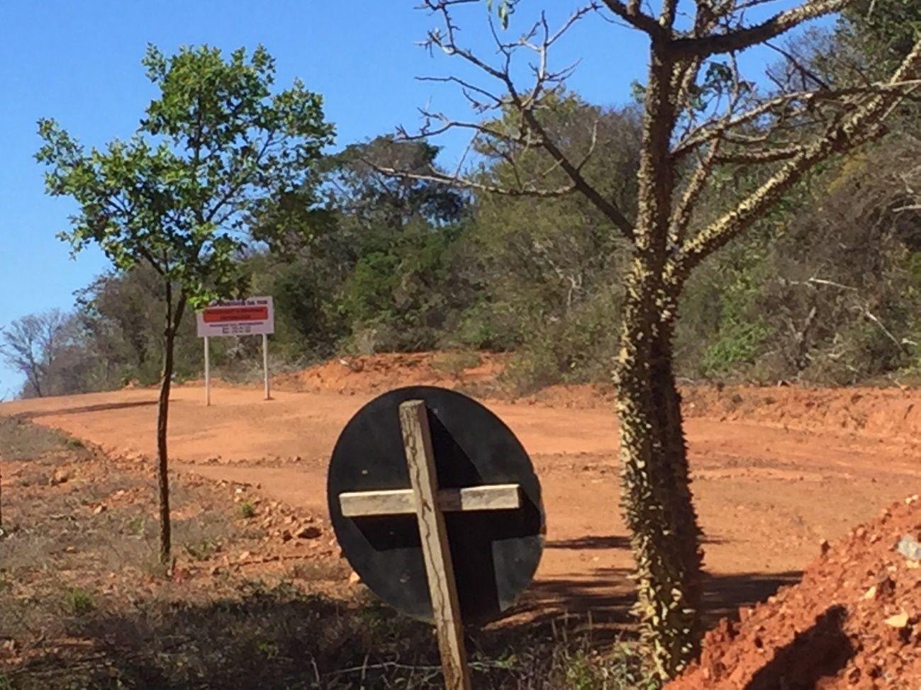 A estrada pública, antes usada por moradores e visitantes, hoje está ocupada pela INB para viabilizar a extração de nova jazida de urânio, impedindo o tráfego por aquela via