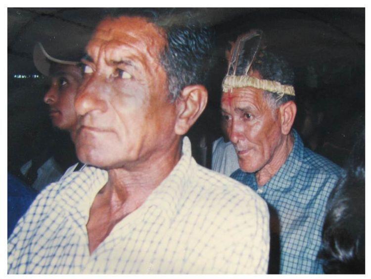 """Foto 2: Lideranças Kaxixó: Zezinho e Djalma (já falecidos) participando da """"Marcha Indígena - 500 anos de Resistência"""" em Belo Horizonte no ano 2000. Foto: A. Baeta."""