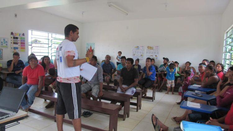 Lideranças Kanamari e Kulina, do município de Carauari, realizam encontro para estruturar um Estudo de Caso sobre Terras Indígenas. Foto: Francisco Amaral.