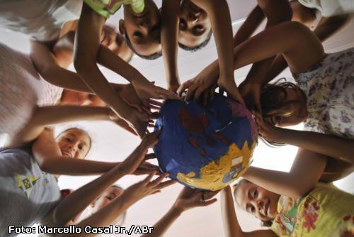 crianças cuidando do planeta