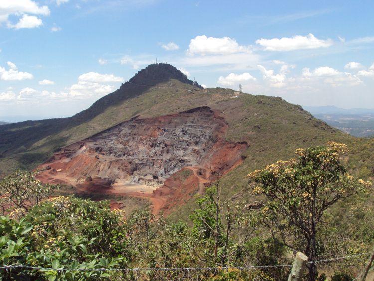 Cratera de mineração, na Serra da Piedade, Grande Belo Horizonte.