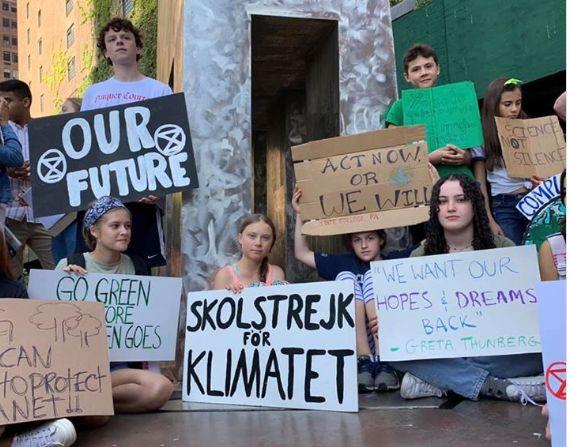 Greta Thunberg em protesto em Nova York em frente ao prédio da ONU