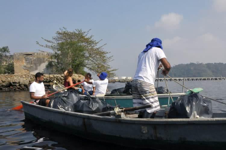 Pescadores da Baía de Guanabara pescam lixo para voltar a pescar peixes